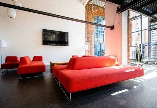 Røde sofaer på Kronprinsesse Sofies vej 35